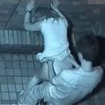 【青姦隠撮】雑居ビルの隙間で本気交尾中のカップルを頭上から観察! 彼女のケツにぶっかけられたザーメンがエロい…