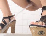 【小便隠撮】和式便所隠撮 ブッッッッシャアァァァァァァァァ!!大ジョンベン垂れる女性を隠し撮り!