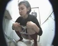 【小便隠撮】女子便所覗き穴 オシッコ中の女性をこっそり観察