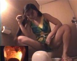 【小便隠撮】神戸市S区海水浴場和式トイレ 水着をめくってオシッコシーシーwww
