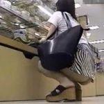 【パンチラ隠撮】ショッピングモールで遭遇した超ミニスカートのお姉さんに密着!案の定、ちょっと動いただけでプリケツパンチラを連発www