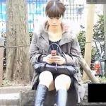 【パンチラ隠撮】色白美脚+ミニスカロングブーツ+シミ付き純白パンツ=最高wwwww