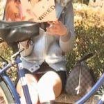 【パンチラ隠撮】ミニスカ+ロングブーツ+パンチラ鉄板3点セットのお姉さん よく見たら結構具が漏れて…w
