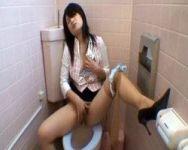 【オナニー隠撮】社内女子トイレに隠しカメラを設置!同僚OLのお股おっぴろげオナニーの撮影に成功したったwww