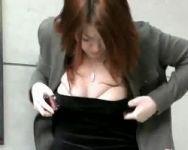 【悪戯隠撮】悪質イタズラ!女性の服の中に虫(のオモチャ)を投入!焦って人前で服を脱ぎだす女性を観察www