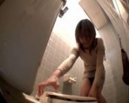 【悪戯隠撮】トイレの蓋が…開かないっ!!蓋を強力接着剤でガッチリ固定してみた結果www【小便隠撮】