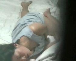 【オナニー隠撮】クネクネ動く腰つきがクッソエロいwww就寝前オナニーに耽る女の子を隠し撮り!