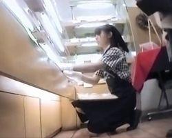 これはイイ撮り師www忙しく働くベーカリーショップのお姉さんに密着!制服から覗く食い込みパンツがたまんねぇ!