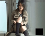【パンチラ隠撮】お化粧直しに夢中になるお姉さんは股間のガードが常にユルユルwww