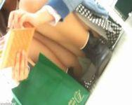 【パンチラ隠撮】買い物中のお姉さんの無防備な股ぐら