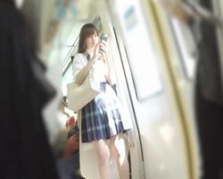【パンチラ盗撮】電車で見かけた可愛い女子校生を追跡!ジワジワと接近しながらパンチラ撮影を試みる盗撮師