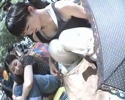 【胸チラ盗撮】フリマ会場胸チラ 客のフリして可愛い売り子に接近!ガバガバタンクトップをのぞき込んだらお乳が見えちゃった!