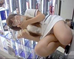 【パンチラ隠撮】これはデキる撮影者!薬局美人店員のパンツを舐めるように隠し撮り!