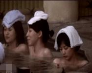 【風呂盗撮】タオル・オン・ザ・ヘッド!伝統的スタイルで友達と温泉を楽しむ女性たち