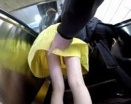 【痴漢隠撮】ヤバ過ぎ!すぐ真横を他の利用者が通り過ぎているのにスカート捲りし続ける悪質痴漢の一部始終