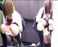 【小便盗撮】友達同士なら恥ずかしくない!下校途中に野ションする女子校生たち