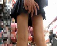 【痴漢隠撮】他にお客さんが居てもお構いなし!店内で堂々とスカート捲り始める撮影者【パンチラ盗撮】