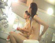 【風呂盗撮】談笑しながらお風呂タイム♪仲良しちっぱいJDを隠し撮り