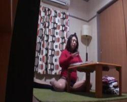 家庭内隠し撮り!家の中にカメラを仕掛けてみたら、誰もいない部屋で母ちゃん自慰してたんだがwww