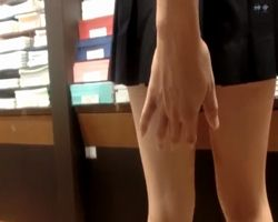 立ち読み中のミニスカ女の子を徹底マーク!すぐ傍に他の客もいる店内で堂々とスカート捲りを決行する猛者現る!