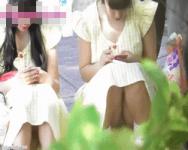 ずーーーっと丸見えww双子コーデの女の子たちの股間を真正面撮り!