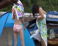 【脱衣盗撮】警戒心なさ過ぎぃ!人も通る海辺で堂々と着替え始める女の子たち!案の定カメラ小僧に一部始終を隠し撮りされるw