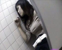 【痴漢盗撮】公衆便所内で酔い潰れている女性を発見!⇒パンツの上からオマンコに刺激を与えてみた結果www