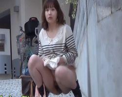 【小便隠撮】オシッコは急に止められない!野ション中の女性とバッチリ目が合った結果www