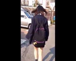 陰湿痴漢!帰宅中の女子校生の背中に白濁液ぶっかけ&パンチラ撮影