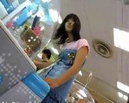 ゲーセンで見かけた少女の下着を狙うアブない撮影者