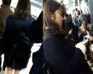 【パンチラ盗撮】満員電車内でスマホに夢中になる女子校生を狙い撃ち!混雑のどさくさに紛れてパンチラ撮影!