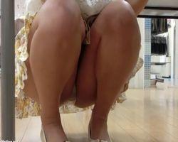 ショップ店員隠し撮り 座って良し、立って良し、程よい肉付きのお尻と喰い込んだ純白パンツ