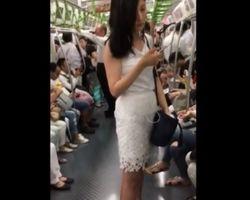 電車で見かけたお姉さんのパンチラ隠し撮り!
