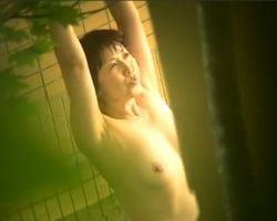 露天風呂を楽しむ女性を望遠盗撮