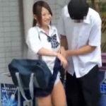 彼女のスカートをめくる彼氏