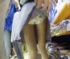 【痴漢盗撮】ichigogara流出!買い物中の女の子をこっそりスカートめくり
