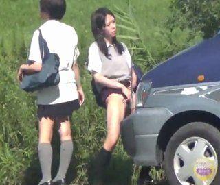 野外で立ちションする女子校生
